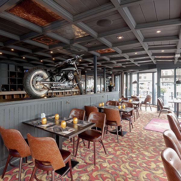 La Taverne des Rois : Décoration intérieure et sa moto